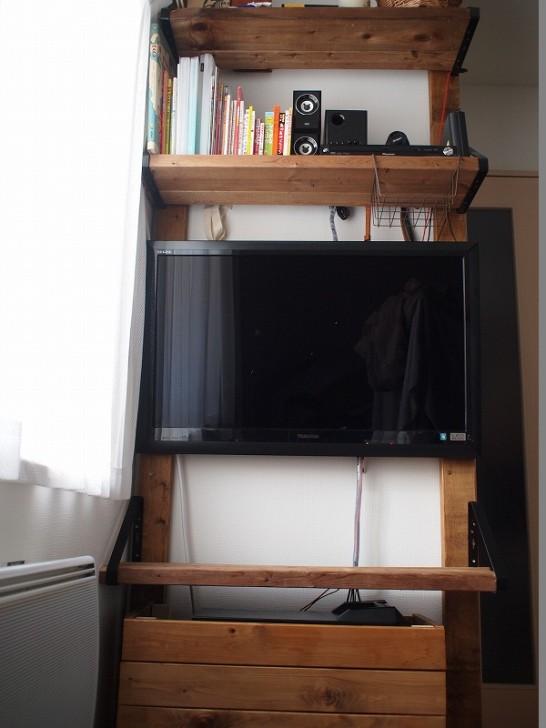 賃貸住宅でも壁に穴を開けずに棚や台の設置が可能な画期的アイテム。ディアウォールを使って壁掛けTV台を作成。
