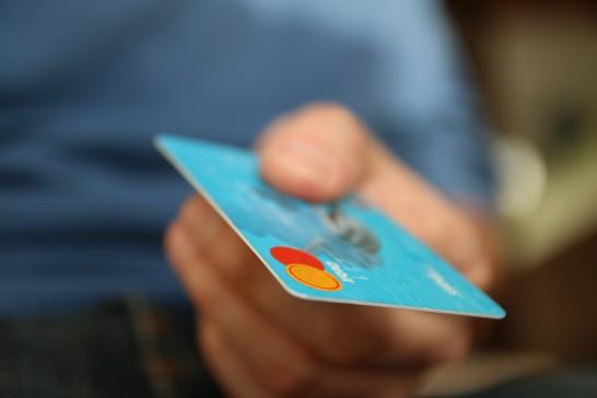 無料航空券が貰えるくらいマイルとポイントをガッツリ貯めている共働き家庭が使用しているクレジットカード3枚とは。