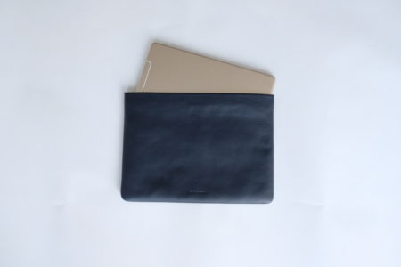 iPad Proにジャストフィットする牛革製スリーブケース。日本でも購入できるタイ発ブランドlabradorは革好きにオススメしたい。